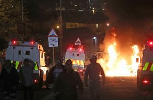 北爱尔兰发生严重暴力事件!大批军警冲上街头,枪声传来有人死伤