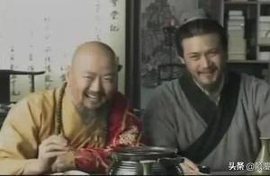 """苏轼出上联:""""狗啃河上骨"""",佛印随手扔了一把扇子,对出下联!"""