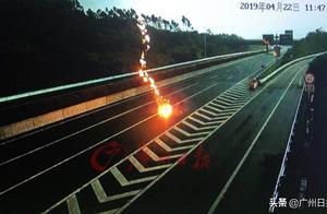 罕见!实拍巨大闪电劈向武深高速公路地面瞬间腾起火球
