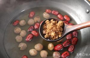 一碗糯米粉,一点藕粉,配上红枣和桂圆这样做,非常好喝