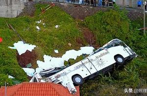 葡萄牙旅游胜地发生严重交通事故,客车滚下山坡,大量德国人伤亡