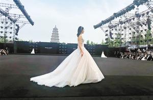 西安国际时尚周持续进行 大雁塔下 秀场吸引时尚界目光