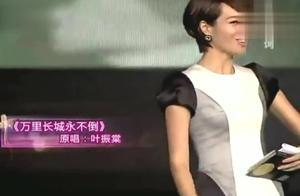 我爱记歌词:郑赟演唱经典歌曲《万里长城永不倒》,唱得好有气势