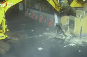"""猖狂!小偷开挖掘机""""暴力破拆""""偷ATM机 监控拍下全过程"""