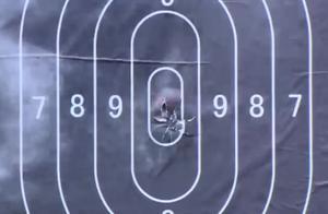 小伙和男子比枪法,男子全命中十环,不料小伙打的更有新意