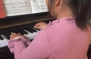 小孩子学习钢琴的时候总是那么有意思