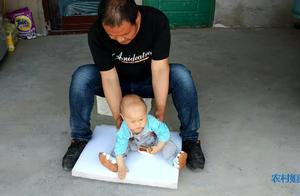 农村宝爸和小宝宝一起玩,这样宝爸逗小宝宝太有趣了