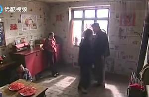 女孩被卖给傻子当老婆,宁死不屈,可怜的她被关进小黑屋!
