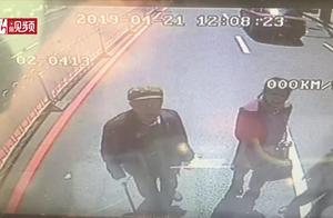 """""""不让我上车就不走!"""" 八旬老人当街堵路拦停公交车"""