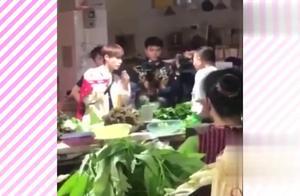 《极限挑战》最新路透曝光,张艺兴热巴逛菜市场都像走秀现场!
