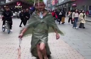 """另类""""维密"""",用麻布袋做成礼服穿上街走秀,自己都忍不住笑了!"""