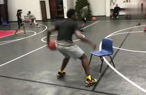 停顿节奏后撤步投篮,这样训练让你掌握技巧。
