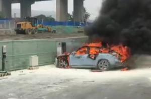 特斯拉刚自燃,蔚来又着火了:烧得只剩车架