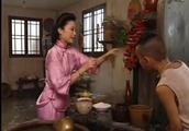 三毛流浪记:三毛帮老爷煮水,太太放辣椒