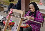广西杨美古镇里老人的生活,平淡而简朴,令人向往