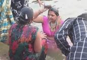 印度有钱的家庭一大早就跑进恒河里洗澡,彼此还交流着美好的心情