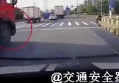 这交通事故动图,看着都疼!