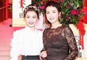 29岁马思纯与48岁小姨蒋雯丽同框,一个年轻俏皮,一个老的优雅!