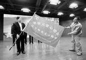 郭明义为省邮政14个市分公司授旗
