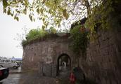 石头砌成的防御设施  涞滩古镇