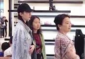 刘亦菲素颜陪妈妈逛街仙气十足,竟跟旁边阿姨比跟妈妈亲热?