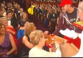 好莱坞巨星们奥斯卡颁奖礼上点披萨,主持人后面追着收钱太搞笑!