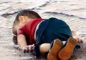 还记得这个遇难躺在沙滩上的小男孩吗?