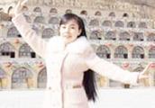 王二妮新加坡演唱会结束后回到老家第一首歌,全村人泪流满面!