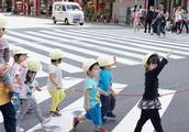 现在大阪温度9度,日本幼儿园的小朋友穿短袖短裤