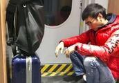 《小李飞刀》男主角,焦恩俊,坐高铁没座票,蹲在墙角很接地气!