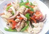 鱿鱼怎么做才好吃?厨娘教你做快手菜尖椒炒鱿鱼,又嫩又鲜超好吃
