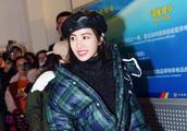 蔡依林最新机场秀打扮超时髦,网友:外套要掉不掉的,看着很难受