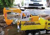 儿童玩具车小游戏:卡车、挖掘机、吊车、拖拉机玩具车水中做游戏