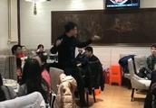 声乐班聚餐合唱爱你中国,旁桌人都不吃饭了,据说汪峰正在路上