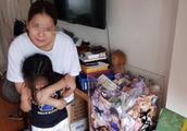 这对夫妇,鼓励全家人用储蓄罐存钱,一年居然装满几个罐
