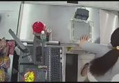 监控记录超市收银员遭遇鬼手换钞