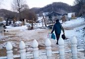 张大勇家那农村山美雪美就是不富裕,看到他回家的路我才明白原因