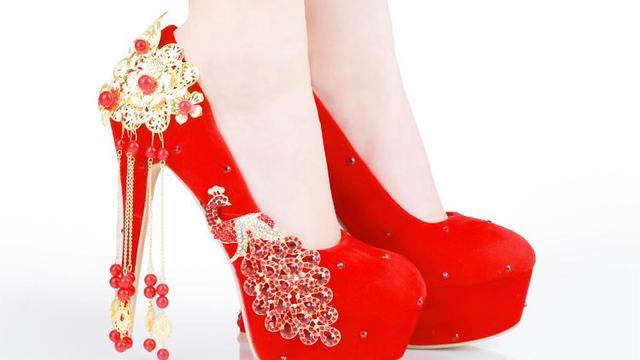 梦见结婚穿的红色高跟鞋是什么意思?