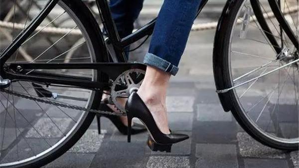 独轮自行车怎么骑,怎么把握平衡??