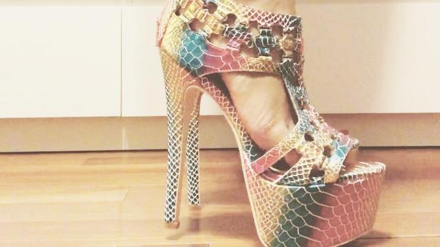 我穿高跟鞋就想踩别人脚,经常踩垫子虫子各种东西,感觉超级爽
