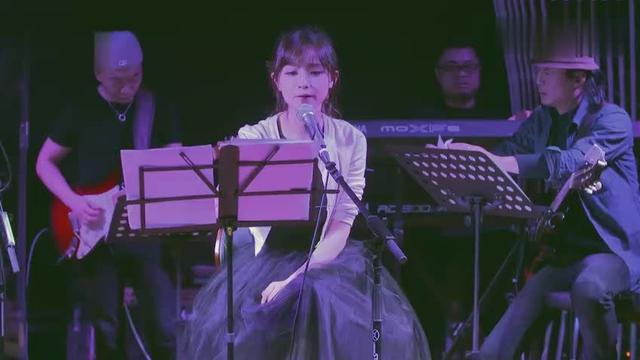 求这个MV的完整视频,或是这个女歌手的姓名
