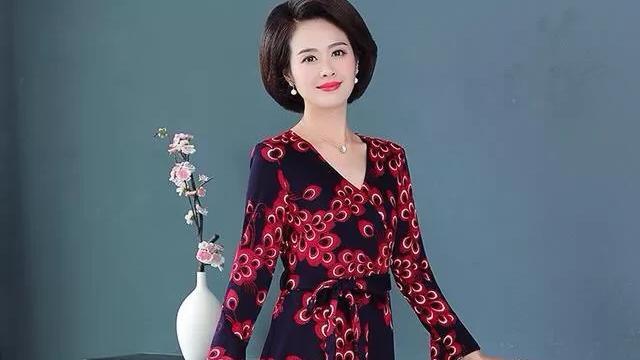 五十岁女士适合穿什么连衣裙?
