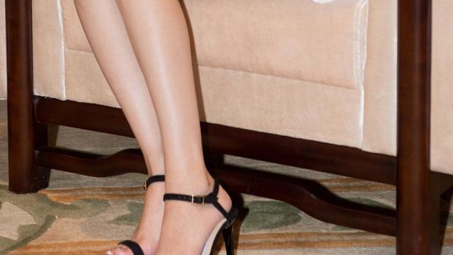 白色连衣裙可以配黑色高跟鞋吗?
