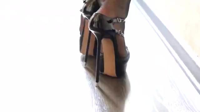高跟鞋8厘米 怎样快速适应八厘米的高跟鞋