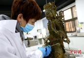 """陕西历史博物馆的""""文物医生"""""""