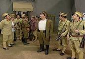 伪军为了分钱吵翻天,队长就只喊了一句话,瞬间全场鸦雀无声!