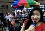 流浪女歌手一首《走天涯》给自己今天带来好多收益!