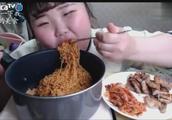 韩国小胖妹吃播,火鸡面用电饭锅装还有泡菜,吃的好香