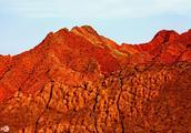 """真实存在的""""火焰山"""",地表温度可达70度,常年寸草不生!"""