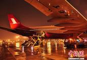 成都机场再次遭遇极端天气 多名旅客出行受阻